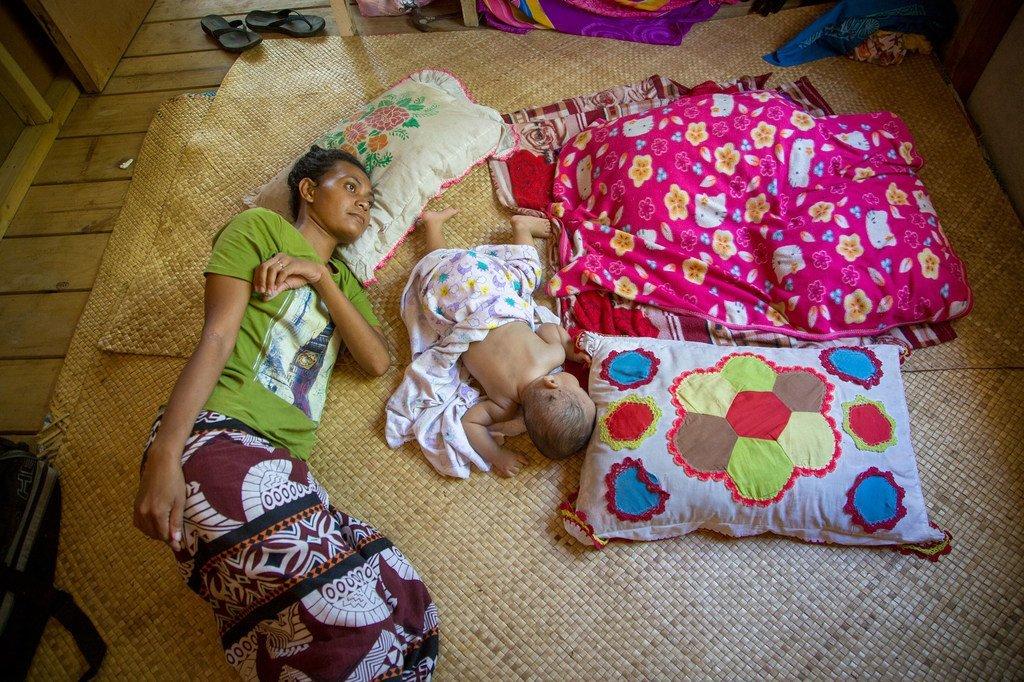 一名25岁的肺结核患者在位于南太平洋图瓦卢主要岛屿富纳富提的家中接受治疗。