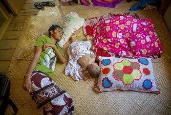 Une patiente âgée de 25 ans atteinte de tuberculose est traitée chez elle à Funafuti, l'île principale de Tuvalu, dans le Pacifique.
