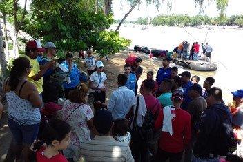 Wafanyakazi wa UNHCR wakisaidia  watu katika mpaka wa Mexico na Guatemala waliowasili katika msafara wa wakimbizi na wahamiaji kutoka Honduras