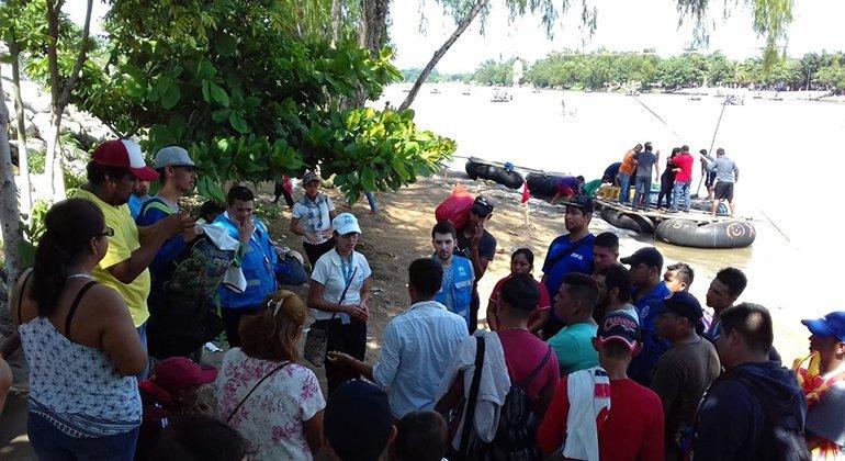 Trabajadores de ACNUR asisten a los migrantes de la caravana que han llegado a la frontera entre México y Guatemala.
