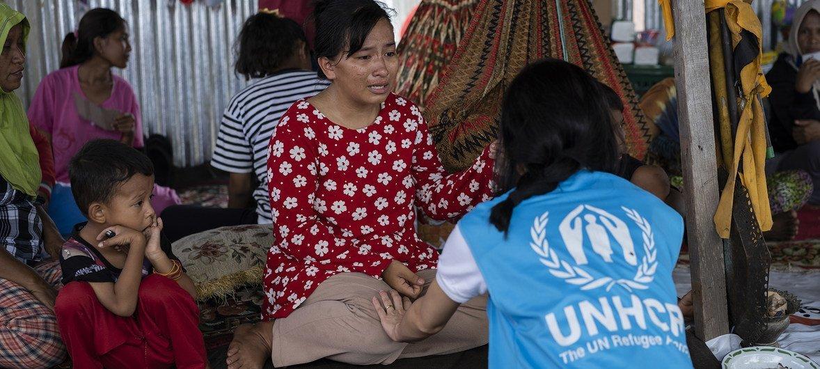 2018年10月21日,难民署的一名工作人员安慰印度尼西亚苏拉威西岛地震的一名幸存者。她正在讲述她遭受的经历。