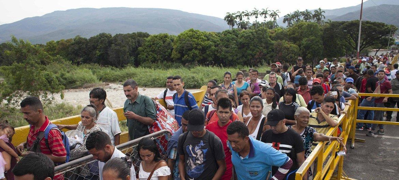 Unos 5000 venezolanos entran a Colombia cada día por puntos oficiales como éste del puente Simón Bolivar que visitó el Alto Comisionado para los Refugiados.