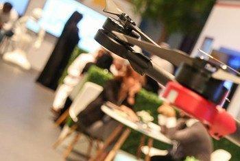 Un drone en el Foro Mundial de la Información, celebrado en Dubai por las Naciones Unidas.