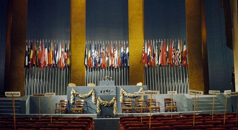 Устав ООН был принят по результатам конференции в Сан-Франциско в июне 1945 года, а в силу он вступил 24 октября. Однако активное обсуждение создания ООН шло годом ранее в Думбартон-оксе.
