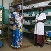 الطفلة كاديا البالغة من العمر أربعة أيام، وأمها مريم وممرضتهما أيساتا في عيادة المركز الصحي المرجعي في بوغوني، مالي. مارس2018. وُلدت الطفلة كاديا مصابة بعدوى غالبا ما تكون مميتة بالنسبة للأطفال حديثي الولادة.