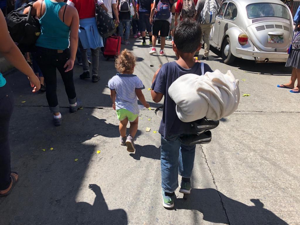 """来自中美洲、走向美国的""""移民大军""""中不乏儿童。这张图片拍摄于2018年10月21日墨西哥恰帕斯州塔帕丘拉的街道上。"""