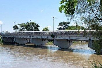 Migrantes centroamericanos cruzan uno de los puentes que conecta Guatemala con México.