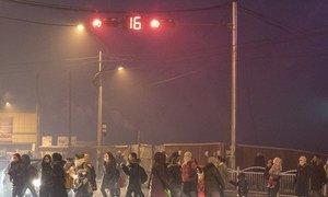 蒙古乌兰巴托索格诺克哈尔克汗(Songinokhairkhan)区,凌晨时分,父母带着孩子穿过马路前往学校,该区是乌兰巴托市空气污染最为严重的地区。