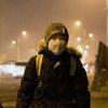 Un niño esperando el autobús para ir a la escuela en la ciudad mongola de Songinokhairkhan, donde los elevados niveles de contaminación del aire son peligrosos.