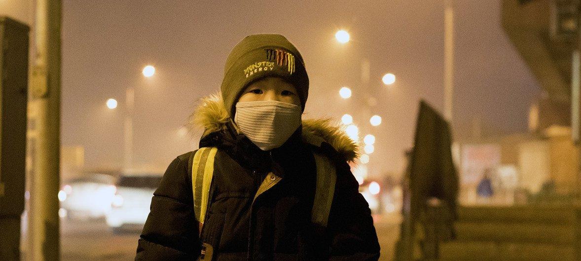 मंगोलिया में प्रदूषण का स्तर बहुत ज़्यादा है. स्कूल बस का इन्तज़ार करता एक बच्चा.