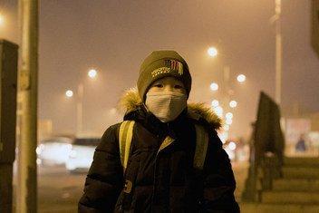 Un garçon attendant son bus à Ulaanbaatar, en Mongolie, où la pollution de l'air est à un niveau dangereusement élevé.