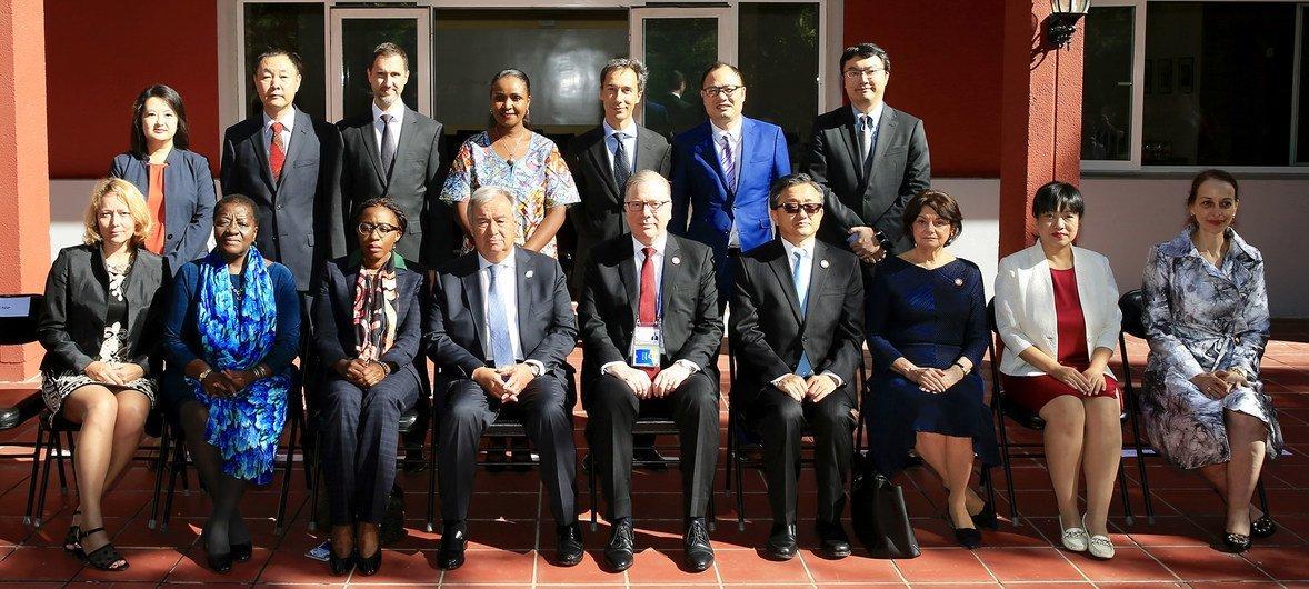联合国秘书长古特雷斯2018年9月访华时与联合国驻华系统工作人员合影。