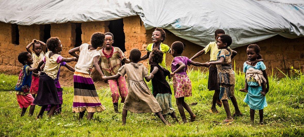 Niños juegan afuera de una escuela temporal de UNICEF en la región de Kasai en la República Democrática del Congo.