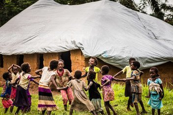 Des enfants jouent devant une école temporaire mise en place par l'UNICEF, près de Mbuji Mayi, dans la région du Kasaï, en République démocratique du Congo. 27 janvier 2018.