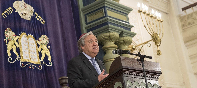 Katibu Mkuu wa Umoja wa Mataifa António Guterres  akihutubia kongamano lililowakutanisha viongozi mbalimbali wa kiimani kuwakumbuka waliouawa katika sinagogi