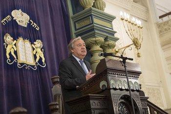 Le Secrétaire général de l'ONU, António Guterres, prend la parole lors d'un rassemblement interconfessionnel à la Park East Synagogue de New York (Archives: 31 octobre 2018)