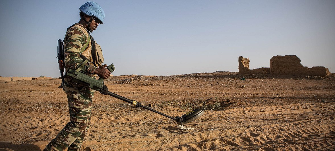 一名来自几内亚的联合国维和人员正在马里北部的基达尔(Kidal)地区进行地雷搜索工作。