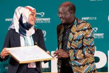 Mukhisa Kituyi (à droite), Secrétaire général de la CNUCED, avec Uneiza Ali Issufo du Mozambique lors de la cérémonie de remise des Prix des femmes cheffes d'entreprise au Forum mondial de l'investissement.