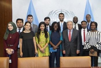 Katibu Mkuu wa UN Antonio Guterres (kati) akiwa na washiriki wa UNRAF 2018. Marygoreth Richard (kulia kwa Katibu Mkuu) ni mshiriki kutoka Tanzania