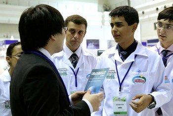 参加日本空间大会的青少年。