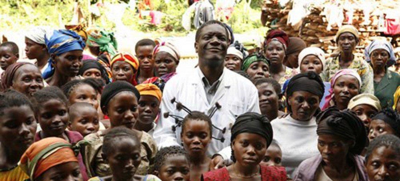 Le gynécologue congolais Denis Mukwege au milieu de femmes qui lui témoignent leur reconnaissance (photo d'archives).