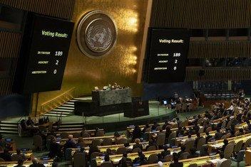 """联大关于""""必须终止美国对古巴的经济、商业和金融封锁""""的表决结果。大会主席玛丽亚·费尔南达·埃斯皮诺萨·加西亚(左)和主管大会和会议管理部副秘书长凯瑟琳·波拉德在讲台上就座。"""