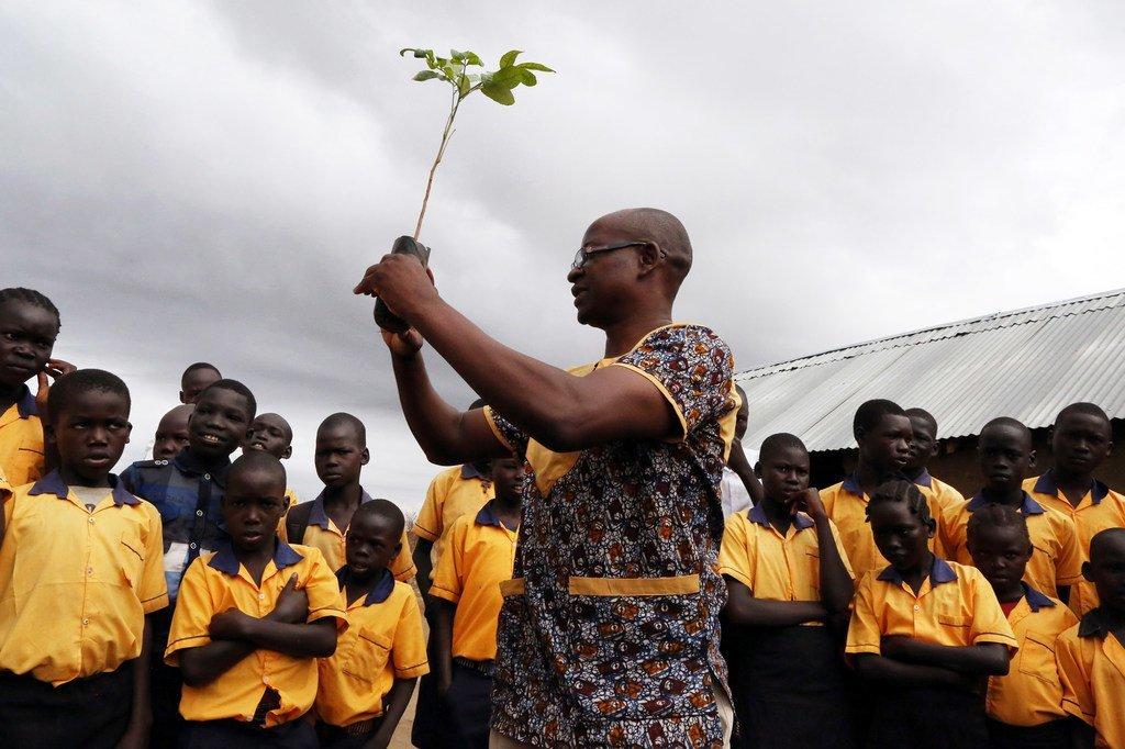 Des élèves à Juba, au Soudan du Sud, participent à une cérémonie au cours de laquelle 18 arbres sont plantés par leur école en octobre 2018.