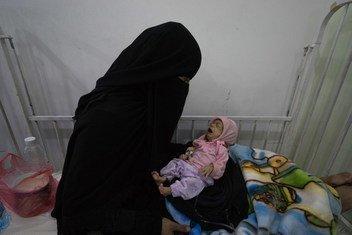 Una madre y su hijo en un hospital de Sanaa, Yemen.