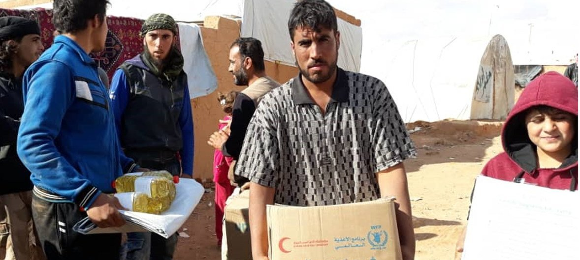 WFP distribute food near Rukban in Syria where an inter-agency (UN and SARC) convoy arrived on Saturday with more than 70 trucks, including 43 WFP trucks.