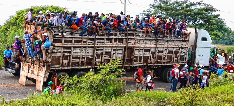 Los emigrantes centroamericanos se desplazan con los medios que pueden a través de México para intentar alcanzar la frontera de Estados Unidos.