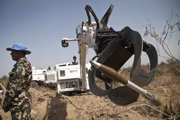 Военные все чаще используют роботизированную технику - например, для разминирования. Но роботы самостоятельно выбирающие и поражающие цель, должны быть запрещены законом, считают в ООН