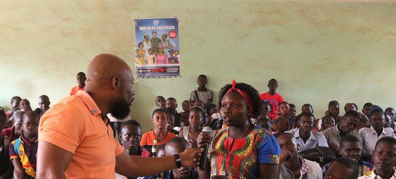 2018年1月24日,联合国中非共和国多层面综合稳定特派团的工作人员在班吉为学生组织了一次关于性剥削和性虐待的宣传运动。