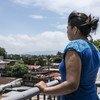 Una adolescente de 15 años mira desde el balcón de un centro de tránsito para migrantes en Ciudad de Guatemala.