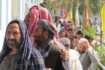 Des électeurs devant un bureau de vote à Kandahar, en Afghanistan, le 27 octobre 2018.
