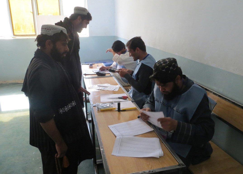 Des électeurs dans un bureau de vote à Kandahar, lors du scrutin législatif en Afghanistan, en octobre 2018.