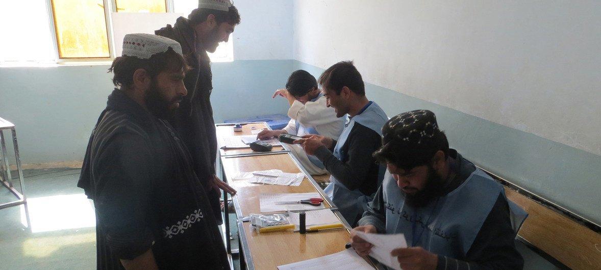Eleitores em Ayno Mena, no Afeganistão, votam nas eleições parlamentares a 27 de outubro de 2018.