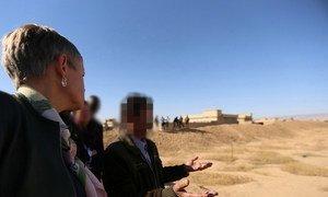 En octobre 2018, Alice Walpole, Représentante spéciale adjointe des Nations Unies pour l'Iraq (à gauche), visite un site de fosses communes dans le village de Kocho, au sud de Sinjar.