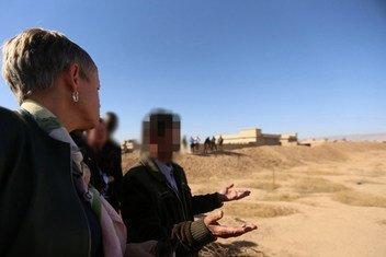 La representante especial adjunta de la ONU para Iraq, Alice Walpole (izquierda), visita las fosas comunes en la aldea de Kocho, al sur de Sinjar, el pasado 29 de octubre