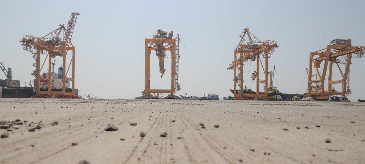 O porto de Hodeida é uma das poucas linhas de vida para ajuda humanitária e combustível para o país.