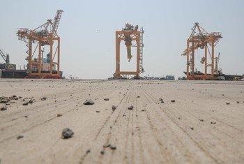 Le port de Hodeïda, au Yémen, est la principale porte d'entrée de l'assistance humanitaire et des importations commerciales.