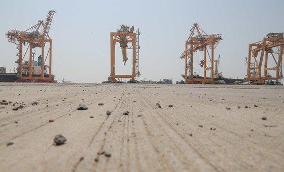 يعتبر ميناء الحديدة في اليمن أحد شرايين الحياة القليلة التي تصل عبرها المساعدات الإنسانية  إلى البلاد.