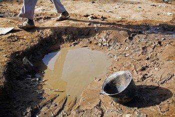 Kituo cha maji cha Abu Shouk katika kambi ya wakimbizi wa ndani, Darfur, Sudan ambako vita vinaathiri mazingira.