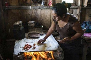 Emilia Felipe Jose hace tortillas en su casa de San Lorenzo, México, un lugar con gran población Guatemalteca que ha huido de sus países.