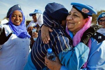 दारफ़ूर में यूएन सहायता मिशन में तैनात पाकिस्तान की एक पुलिस अधिकारी फ़रख़न्दा इक़बाल (दाएँ) सूडान की एक महिला पुलिस अधिकारी के साथ गले मिलते हुए. ये समारोह अन्तरराष्ट्रीय महिला दिवस के अवसर पर आयोजित किया गया. (फ़ाइल फ़ोटो)