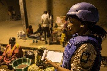 Une femme nigérienne membre de la police de l'ONU en patrouille dans la ville de Tombouctou, au Mali
