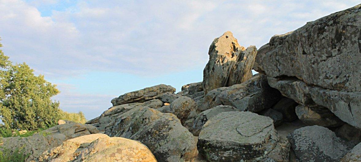 Памятник истории «Каменная могила» - знаменит своими древними петроглифами