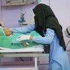 Un agent de santé examine un enfant traité pour une malnutrition aiguë sévère à l'hôpital Al Thawra de Hudaydah, au Yémen. 31 octobre 2018.
