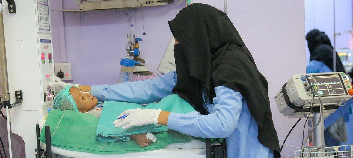Una trabajadora de la salud examina a un niño en tratamiento por desnutrición aguda en el hospital Al Thawra en Hodeida, Yemen.