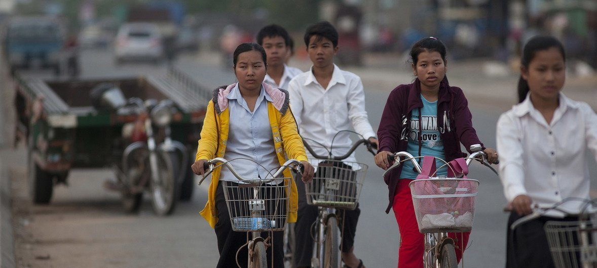 柬埔寨街头的民众。