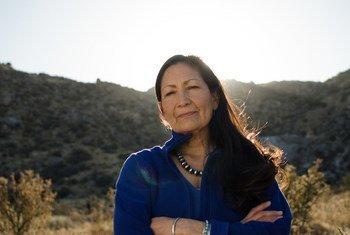 La demócrata de Nuevo México Deb Haaland , una de las primeras mujeres nativas americanas en ganar asientos en la Cámara Representantes de los Estados Unidos.